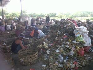 Pemisahan sampah plastic dan sampah rumah tangga di temesi