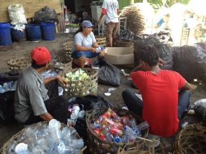 Memisahkan sampah plastic di Bali Recycling