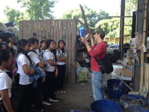Oliver menjelaskan bagaimana Bali Recycling mengubah sampah plastic menjadi suatu produk.