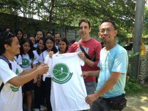 Kadek Donal memberikan suatu kehormatan kepada manager Bali Recycling menjadi salah satu anggota Eco Club.