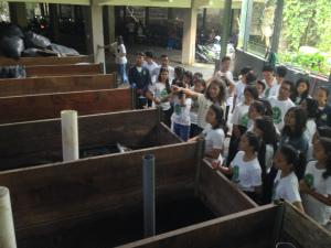Supardi dari Rumah Kompos Padangtegal menunjukan kami bagaimana mereka membuat kompos