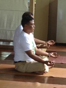 Guru SMAN 1 Banjarangkan ikut dalam melakukan Yoga.